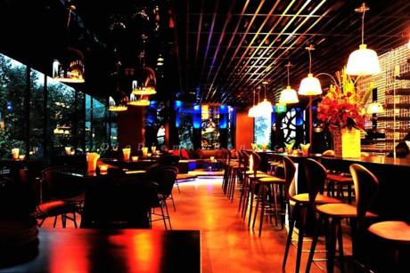Lounge được chia thành hai khu vực phù hợp với nhiều đối tượng khách khác nhau. Đó là phòng máy lạnh ở tầng 6 cùng không gia mở với cây xanh ở tầng 7. Giá các món nước từ 100.000 đồng. Mức giá trung bình cho hai người khoảng 500.000 đồng. Winggingirk.
