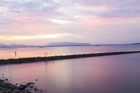 Và đừng quên bỏ lỡ những giây phút bình minh rực hồng trên mặt biển. Hãy thức dậy sớm đi ra bờ kè đợi bình minh lên.