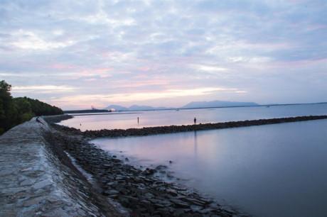 Xa xa những chiếc thuyền neo đậu, những bóng hình ai di chuyển trên bờ kè, hòa trong cảnh vật tĩnh lặng, huyền ảo trong sương sớm của xứ đảo, khiến lòng bạn thư thái và an nhiên hơn.