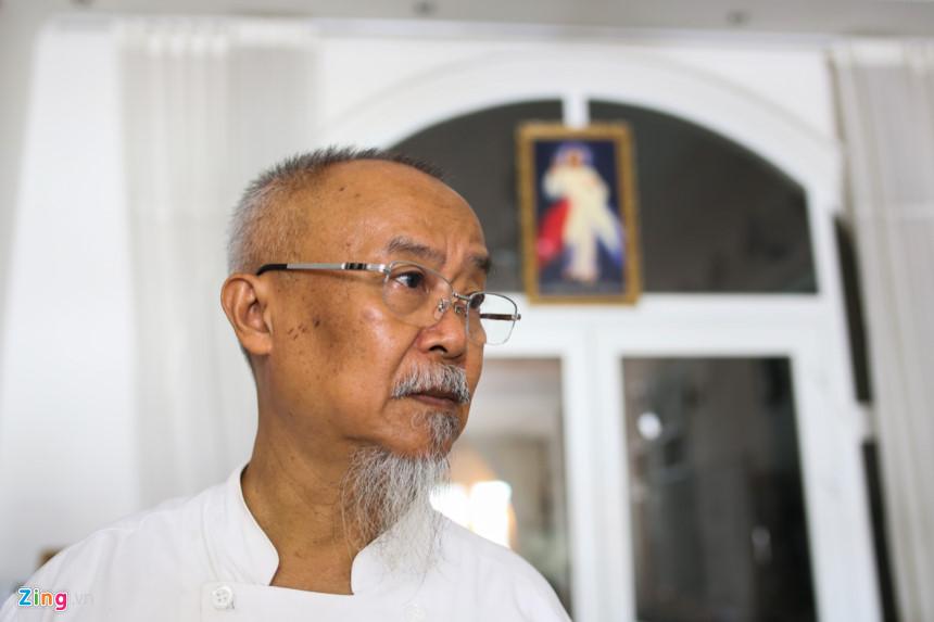 Thầy hiệu trưởng, cũng là người sáng lập trường này là ông Francis Văn Hội, Việt kiều Đức (65 tuổi). Sang Đức từ năm 23 tuổi, cả thời tuổi trẻ phấn đấu ở nước ngoài, ông luôn đau đáu nỗi niềm được trở về để làm điều gì đó cho quê hương.