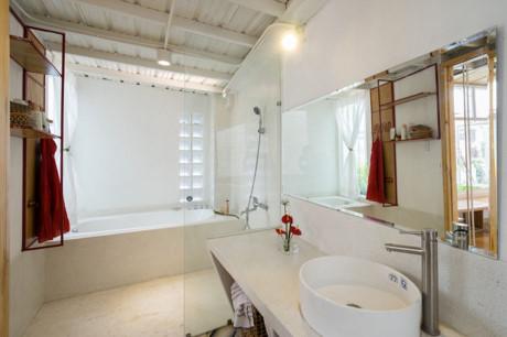 Không gian nhà tắm và nhà vệ sinh vô cùng hiện đại như khách sạn hạng sang.