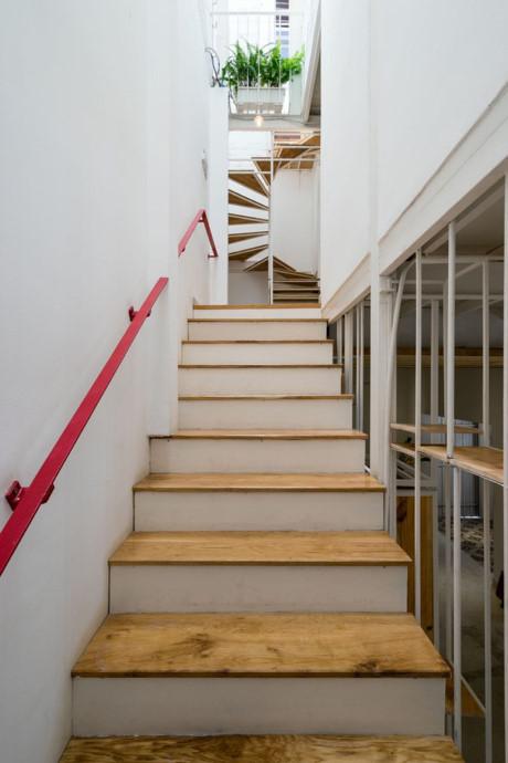 Gỗ và thép được sử dụng chính trong nội thất của ngôi nhà.