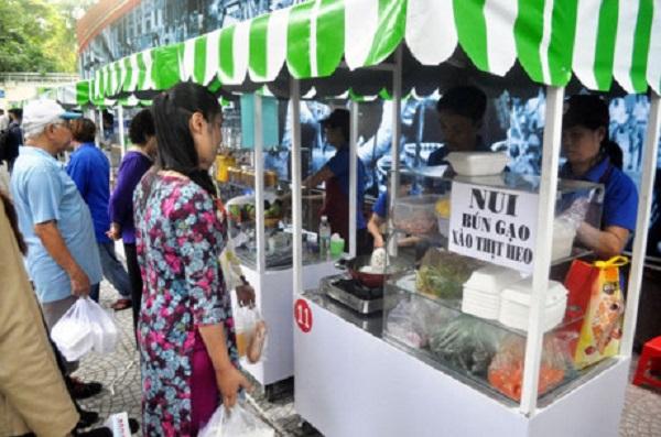 """Sáng 28.8, UBND UBND quận 1, TP.HCM đã đưa vào hoạt động """"phố hàng rong"""" trên đường Nguyễn Văn Chiêm (phường Bến Nghé) nhằm phục vụ nhu cầu ẩm thực đường phố của du khách và người dân."""