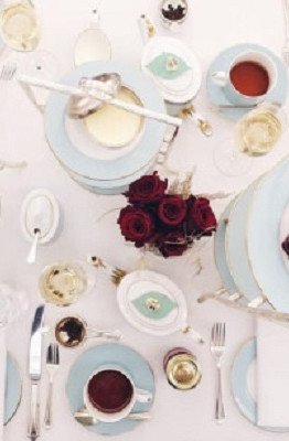 Tiệc trà Anh đã trở nên nổi tiếng với những dao nĩa, chén tách tinh tế.