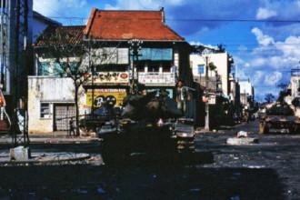 Ngã tư Tổng Đốc Phương - Nguyễn Trãi (nay là ngã tư Châu Văn Liêm - Nguyễn Trãi) ở khu vực Chợ Lớn trong sự kiện Tết Mậu Thân năm 1968. Ảnh: Jim Giarrusso.