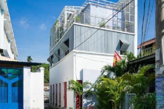 Một ngôi nhà cấp 4 cũ nát nằm tại một con ngõ nhỏ giữa lòng Sài Gòn đã được cải tạo thành ngôi nhà 3 tầng hiện đại đẹp long lanh.