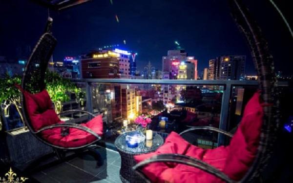 King Rooftop thuộc tầng 8&9 một toà nhà trên đường Hai Bà Trưng, quận 1. Quán được thiết kế theo phong cách sang trọng, tinh tế nhưng ấm cúng và gần gũi. Danh sác các món nên thử tại đây gồm cocktail King Colada, các món bánh mini...