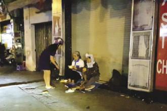 Hàng tuần, Diệu Hiền vẫn đi từng con đường để phát cơm cho những người vô gia cư, những người chăm bệnh. Ảnh: Trường Sơn