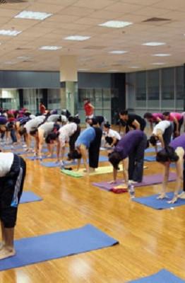 Nhiều người Sài Gòn quỡn dành thời gian tập Yoga, chơi quần vợt, bù khú với bạn bè, mặc cho thế sự xoay vần (Ảnh minh họa)