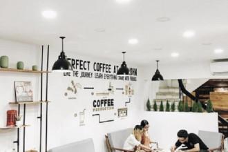 Quán cafe với tone màu trắng cực nghệ thuật sẽ làm xiêu lòng các bạn trẻ. (Ảnh: IG quangvinh)
