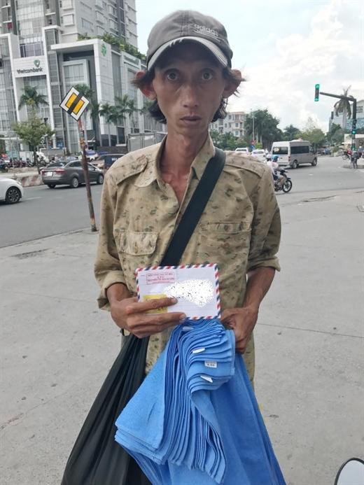Người đàn ông bán khăn lo cho cha già và hai đứa con nhỏ.