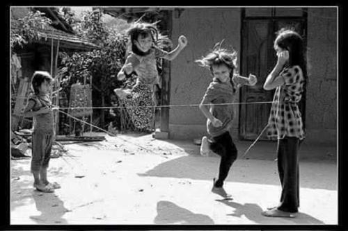 Trò chơi nhảy dây gắn liền với tuổi thơ của hầu hết trẻ con Việt Nam.
