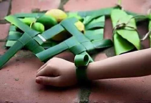 Trang sức bằng lá dừa và đôi bàn tay khéo léo.