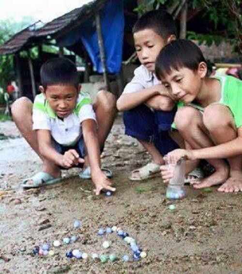 Những viên bi rực rỡ là công cụ so tài của những chàng trai nhỏ.
