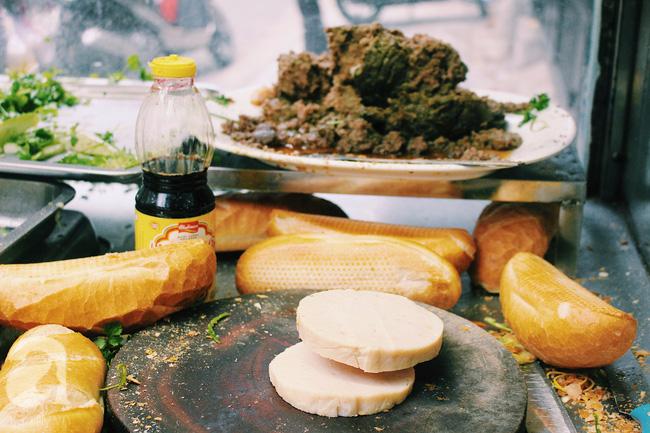 Chả lụa và pate chính là hai thành phần đặc biệt làm nên sức hút của ổ bánh mì Bảy Hổ