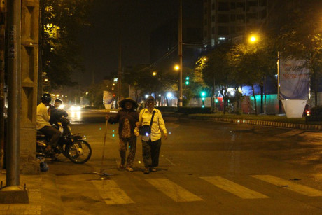 Hằng ngày bà Huyên dắt díu người em trai bị mù đi bán vé số ở các con đường Sài Gòn