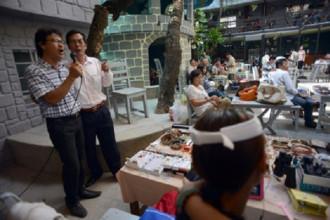 Một góc sôi động của chợ ve chai…ngàn đô