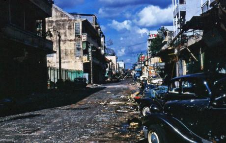 Cảnh hoang tàn ở đường Nguyễn Trãi, khu vực có hàng rào màu xanh phía bên trái là hội quán Hà Chương. Ảnh: Jim Giarrusso.