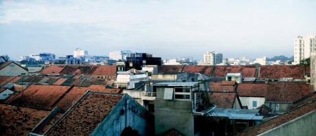 Những mái nhà gần ga Sài Gòn cũ. Ảnh: D. Hoag.