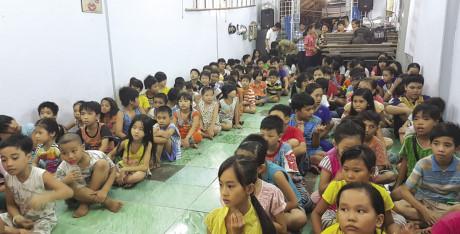 Hàng chục trẻ em có hoàn cảnh khó khăn vui Tết Thiếu nhi trong lớp học của ông Hùng ở Bình Tân. Ảnh: Trường Sơn