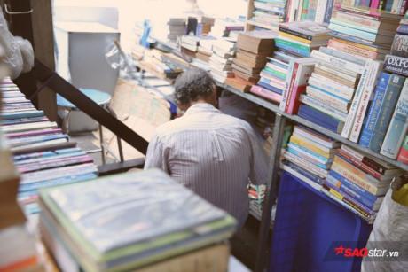 Góc nhỏ giữa hai quầy hàng là nơi chú Long thong thả nghiền ngẫm sách.