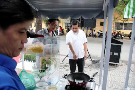 Ông Đoàn Ngọc Hải, Phó chủ tịch UBND quận 1, phố hàng rong trên vỉa hè đường Nguyễn Văn Chiêm dài 40 m, có 40 hộ kinh doanh, hoạt động trong hai khung giờ là 6-9h và 11-14h.
