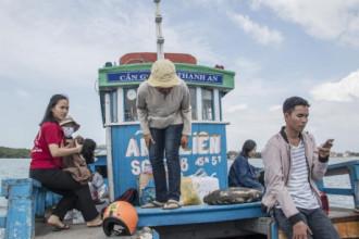 Đảo Thạnh An nằm cách trung tâm thị trấn Cần Thạnh khoảng 30 phút đi thuyền máy, giá vé khoảng 10.000 đồng/lượt.