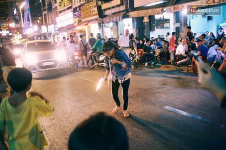 Người phụ nữ đi cùng 2 cậu con trai và 1 đứa cháu nhỏ, đêm nào cũng biểu diễn xiếc lửa nóng bỏng vốn là hình ảnh quen thuộc với những ai hay lui tới khu phố Tây Bùi Viện.