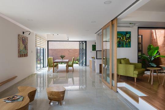 Căn nhà được thiết kế thoáng giúp lấy sáng và gió rất tốt.