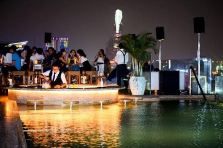 Rooftop Pool Bar thuộc tầng 24 của một khách sạn trên đường Nguyễn Thị Minh Khai, quận 1.