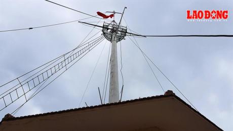 Sau 152 năm tồn tại tại, cột cờ Thủ ngữ trở thành nhân chứng cho sự phát triển của vùng đất Sài Gòn- sau này là TPHCM. Cột cờ được làm bằng thép, cao khoảng 40m. Ban đầu người Pháp đặt tên là Mât des Signaus. Đây là công trình đầu tiên để canh tuần tàu biển và treo cờ để tàu ra vào biết nên vào hay chờ đợi. Ảnh: Trường Sơn