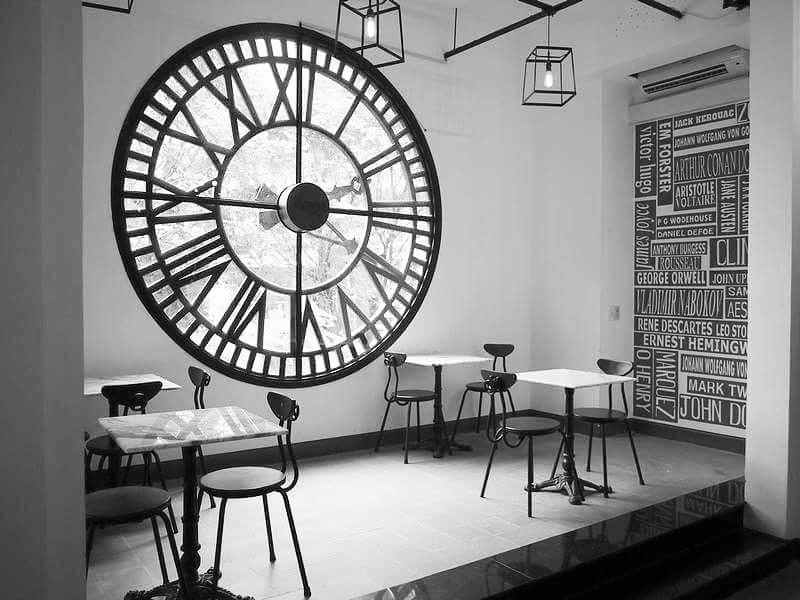 Loft cafe: Tọa lạc tại tầng 1, chung cư 26 Lý Tự Trọng, quận 1, TP.HCM, đối diện với Vincom, qquán nổi bật bởi vẻ đẹp độc đáo, thiết kế ấn tượng mang phong cách châu Âu. Chiếc đồng hồ lớn chính là điểm nhấn, góc hình lung linh không thể bỏ lỡ dành cho những tín đồ yêu thích chụp ảnh. Ảnh: Instagram_ clinetran25.