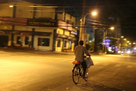 Một mình một xe tìm chỗ ngủ trong đêm tối