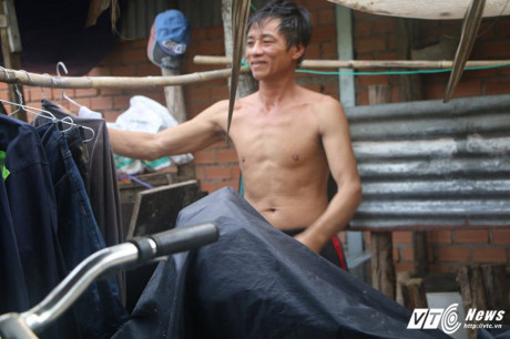 Gia đình ông Nguyễn Văn Gạn đã sống ở xóm nhà lá hơn 11 năm nay. (Ảnh: Dương Thương)