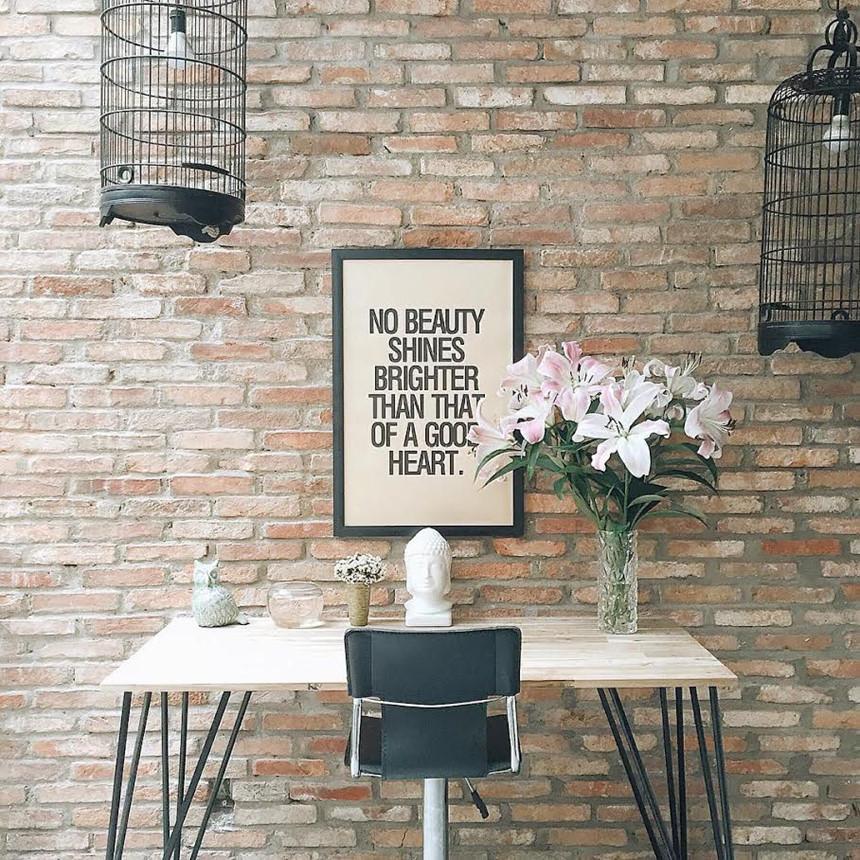 Itune Coffee: Nằm trên ngã ba Tô Hiến Thành - Sư Vạn Hạnh, hẻm khá rộng và dễ tìm, đối diện cổng sau của bệnh viện quận 10, quán tuy nhỏ nhưng được bài trí rất đẹp, thoáng, nhân viên phục vụ thân thiện. Nhiều du khách khi bước vào quán rất ấn tượng với nhiều bức tranh, ảnh được treo trên tường. Ảnh: Instagram_dymth.