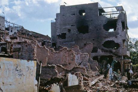 Những ngôi nhà biến thành đống gạch vụn do chiến sự ở Chợ Lớn. Ảnh: Jim Giarrusso.