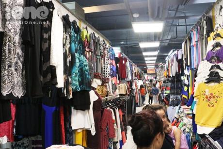 Tha hồ mua sắm với hàng chục gian hàng.