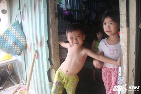 Những đứa trẻ ở đây dù đã quá tuổi đi học nhưng vẫn chưa được tới trường. (Ảnh: Dương Thương)