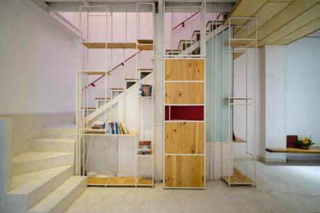 Ngôi nhà có thiết kế rất thông minh với góc cầu thang đặt tủ sách bên cạnh.