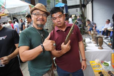 Anh nguyễn Đức Hùng (trái), một trong những người đầu tiên tham gia chợ