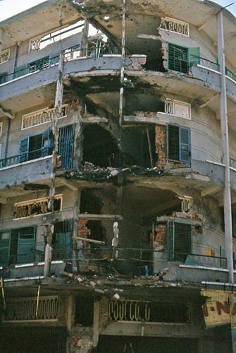 Tòa bị bom đạn phá nham nhở góc góc ngã tư Nguyễn Trãi - Phùng Hưng, nay là hiệu thuốc Hạnh Đức Đường số 826 Nguyễn Trãi. Ảnh: Jim Giarrusso.
