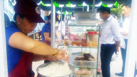 Quận 1 cũng đã tổ chức các buổi tập huấn về an toàn thực phẩm, kỹ năng buôn bán và phân loại rác tại nguồn cho các hộ kinh doanh.