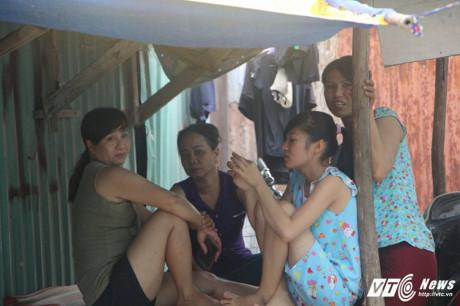 Ở xóm nhà lá, mỗi nhà đều có từ 2 đến 4 con nên nhiều phụ nữ phải ở nhà trông trẻ. (Ảnh: Dương Thương)