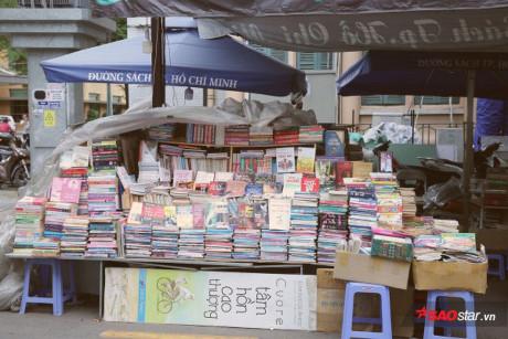 Sau nhiều gián đoạn, thì hơn 1 năm nay, chú trở lại với quầy sách cũ ở đường Nguyễn Văn Bình.