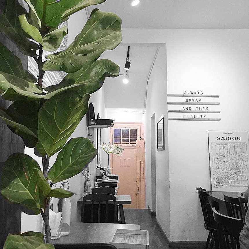 Thinker & dreamer coffee: Là cái tên không còn xa lạ gì với các bạn trẻ, quán tọa lạc ngay trung tâm Sài Gòn lầu 4 chung cư 42 phố đi bộ Nguyễn Huệ. Với tone trầm, chủ đạo là màu trắng đẹp tinh khôi, tạo nên cảm giác bắt mắt, lịch sự và không kém phần sang chảnh. Ảnh: Instagram_bingboong6109.