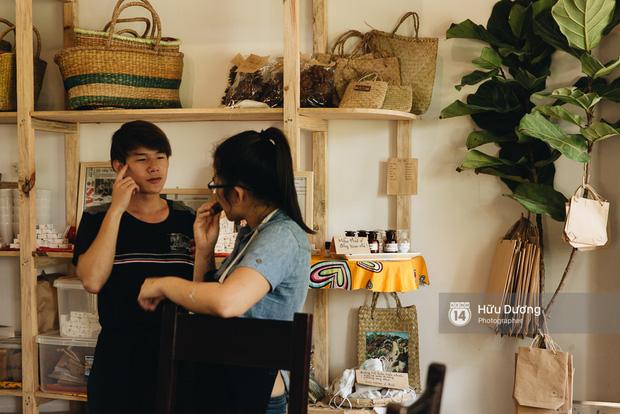 Từ quán trà đến xưởng xà phòng đều do tự tay các bạn trẻ sống tại nhà san bằng đất, xây dựng trong nhiều tháng.