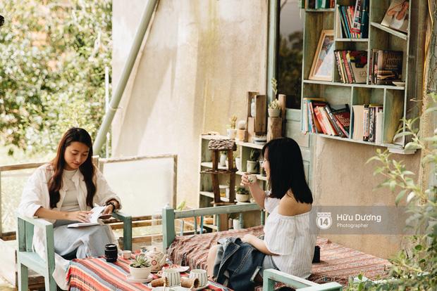 Hai chị em người Đà Lạt đến với quán trà bánh đặc biệt này để tìm kiếm những dư âm thành phố quê hương ngày thơ ấu.