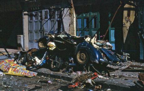 Xe taxi Renault 4CV biến thành đống sắt vụn bên hè đường Nguyễn Trãi. Ảnh: Jim Giarrusso.