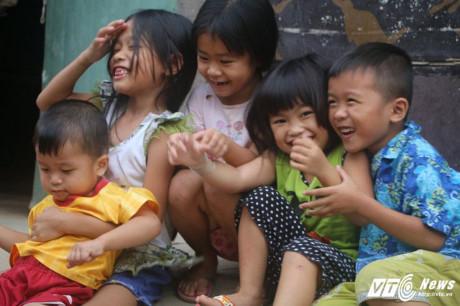 Ở xóm hiện có hơn 20 đứa trẻ đang trong độ tuổi đi học. (Ảnh: Dương Thương)