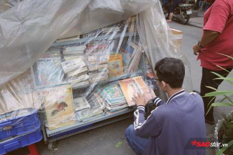 Mỗi khi trời mưa, sách được bao lại bằng những tấm nilon.